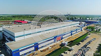 Фасад производственного предприятия и автомобили на стоянке с видом на воздух сток-видео