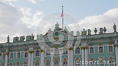 Фасад строительства Эрмитажа в дневное время в Санкт-Петербурге, флаг России на вершине видеоматериал