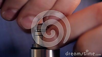 Фитиль уплотнения ваты на электронных сигарете и крышке затягивать, крупном плане акции видеоматериалы
