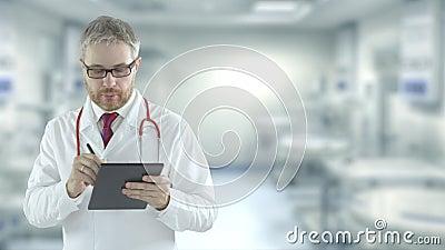 Фокусируемый врач заполняет контрольный список в планшетном ПК в операционной Выстрел на красной камере акции видеоматериалы