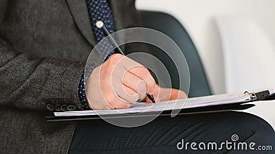 Форма сочинительства руки человека тикает подписывая занятость сток-видео