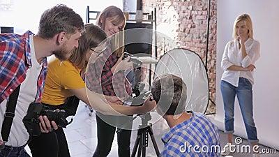 Фотошкола, компания молодой творческой фотографии с фотоаппаратами DSLR обучает фотографии в профессиональной студии сток-видео