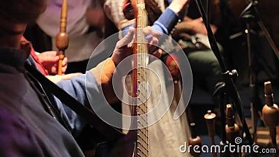 Хорда хорды пока играющ гитару сток-видео