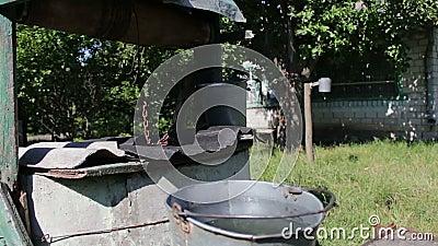 Хорошо с водой, железное ведро рядом с ним Извлечение воды ...