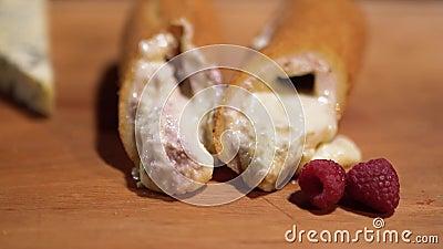 Хрустящий на внешнем пироге с buttercreme поленик на таблице, вкусно горячий и сладкий на внутренности конец вверх акции видеоматериалы