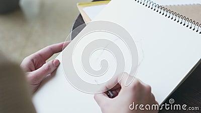 Художник делая эскиз к модельной стороне используя crayon на кафе видеоматериал
