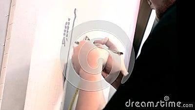 Художник работает с оружием airbrush художник красит на холсте с брызгом краски Краска для пульверизатора объектив художник самом акции видеоматериалы