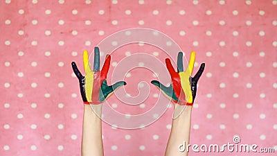 Цветастые покрашенные руки творческо искусство Рука в краске цвета пакостные ладони Розовая предпосылка сток-видео