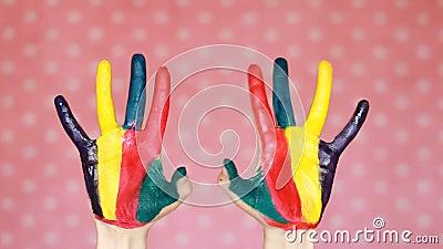 Цветастые покрашенные руки творческо искусство Рука в краске цвета пакостные ладони Розовая предпосылка акции видеоматериалы