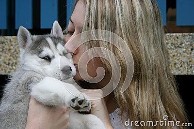 целует щенка