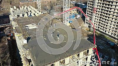 Цемент на пол строящегося жилого многоэтажного здания с использованием бетонного насосного грузовика с высоким бумом видеоматериал