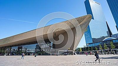 Центральный вокзал Роттердама новый с толпой людей в Роттердаме, Нидерланд видеоматериал