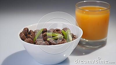 Части падения кивиа в хлопья шоколада завтраки сушат Съемка конца-вверх видеоматериал