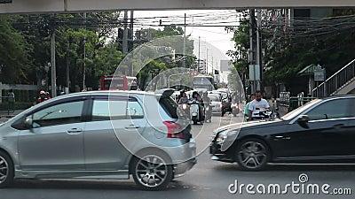 Час рассвета - Машины застряли в пробке на дороге Динданг Бангкок Таиланд сток-видео