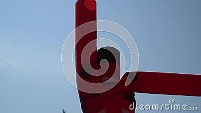 Человек воздуха двигая - реклама улицы, раздувная красная диаграмма танцы танцора неба против голубого неба видеоматериал