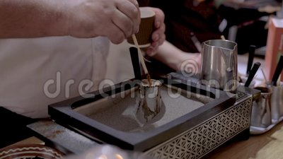 Человек делает турецкий кофе на горячем песке, близком взгляде Турецкий кофе будучи завариванным неопознанным человеком на горяче акции видеоматериалы