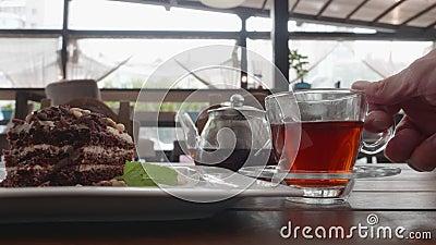 человек ест десерт в кафе акции видеоматериалы