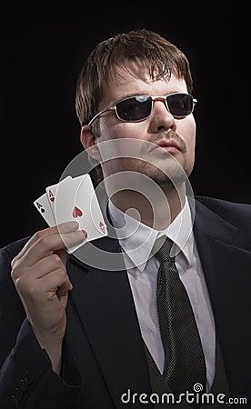 человек играя покер