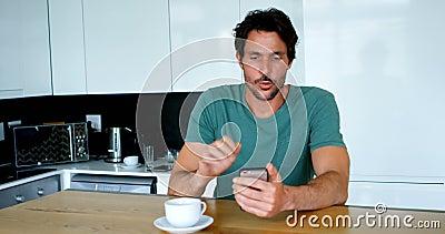 Человек имея видео- звонок на мобильном телефоне дома 4k сток-видео
