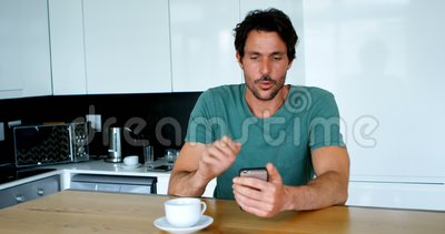 Человек имея видео- звонок на мобильном телефоне дома 4k акции видеоматериалы