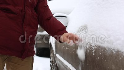 Человек освобождает снег с автомобиля и раскрывает автомобиль двери сток-видео