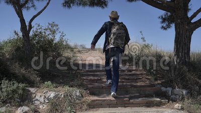 Человек поднимается на вершину горы и зовет его, путешествует акции видеоматериалы