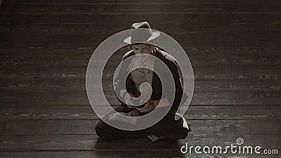 Человек пристрастившийся к видео- игре дома Наркомания производит эффект концепция Человек играя видеоигры видеоматериал