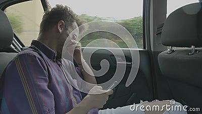 Человек путешествуя на автомобиле в приложении просматривать городка swiping на сенсорном экране наблюдая смешное содержание на д видеоматериал