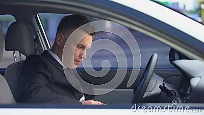 Человек пьет на сиденье водителя и выходит из машины, опасная привычка, зависимость сток-видео