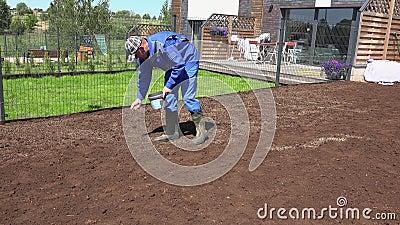 Человек сеет зерно на плодородной земле Собственный двор для ухода за людьми Статический снимок акции видеоматериалы