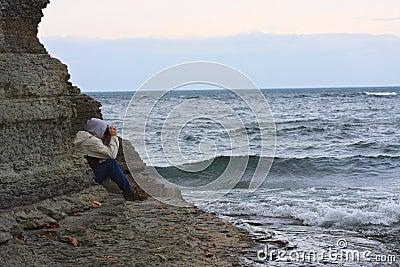 Человек смотря бурное море