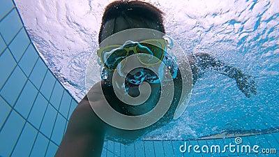 Человек снимает белое подныривание в бассейн акции видеоматериалы