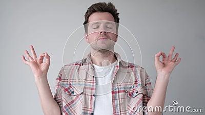 Человек, стоящий с закрытыми глазами, дышащий глубоко, расслабляющий, медитируя видеоматериал