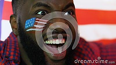 Черный вентилятор спорт развевая флаг США радуясь любимая победа команды, чемпионат видеоматериал