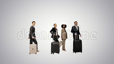 Четыре разных бизнесмена, у которых есть возможность проверить багаж, опаздывают на поезд или самолет на градиентном фоне акции видеоматериалы