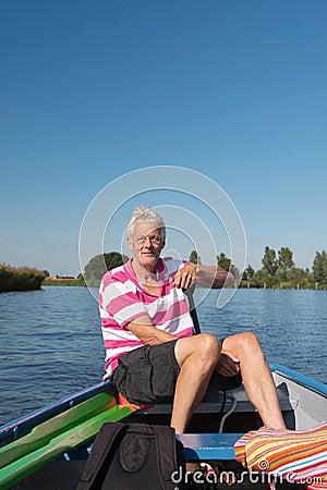 Человек в шлюпке на реке