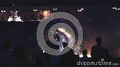 Человек демонстрирует фейерверки показывает на набережной на партии в ночном клубе смелости зрелищность опасно сток-видео