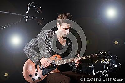 Человек играя гитару