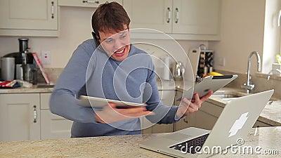 Человек используя компьтер-книжку, мобильный телефон и 2 таблетки многодельно сток-видео