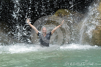 Человек под подачей водопада