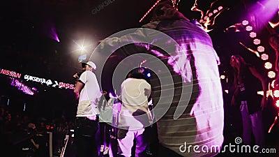 Человек Mc выполняет на этапе с группой в составе мальчики на партии в ночном клубе cheer Этап сток-видео