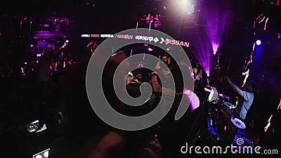 Человек Mc выполняет на этапе с мальчиками Люди танцуя на партии в ночном клубе cheer акции видеоматериалы
