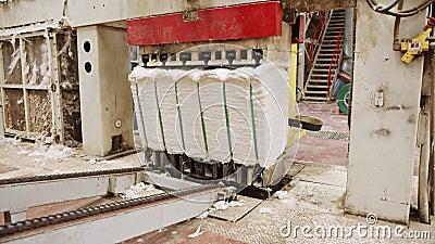 Чистый хлопок-тюки, сжатый после разделения в крупном промышленном хлопковом джине сток-видео