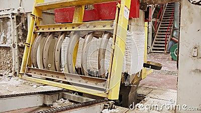 Чистый хлопок-тюки, сжатый после разделения в крупном промышленном хлопковом джине акции видеоматериалы