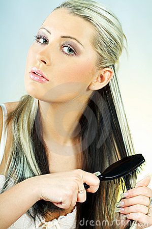 чистя щеткой женщина волос