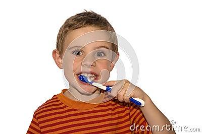 чистя щеткой зубы ребенка