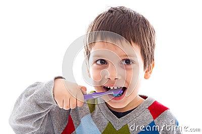 Чистя щеткой зубы