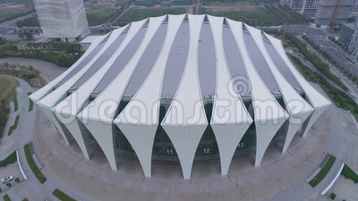 ШАНХАЙ, КИТАЙ - 6-ОЕ МАЯ 2017: Воздушное видео тумана спортивного центра 4K Шанхая восточного, сумрак видеоматериал