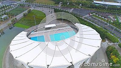 ШАНХАЙ, КИТАЙ - 6-ОЕ МАЯ 2017: Воздушное видео тумана спортивного центра 4K Шанхая восточного, сумрак акции видеоматериалы
