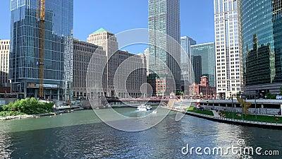 Шлюпки и каяки едут рекреационно на Реке Чикаго пока пешеходы идут riverwalk видеоматериал